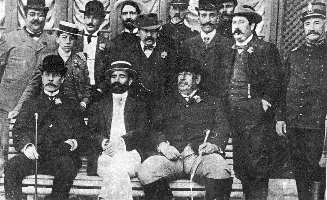 José Batlle y Ordóñez tijekom drugog predsjedničkog mandata (sjedi desno), oko 1911. godine (izvor).