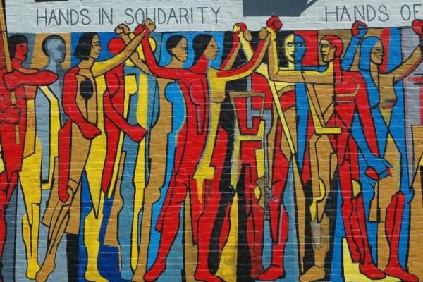 Mural solidarnosti na zgradi sindikata radnika u elektroprivredi, Chicago, SAD (izvor: Terence Faircloth prema Creative Commons licenci).