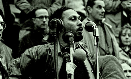 Stuart Hall (1932-2014) (izvor: The Open University@Flickr prema Creative Commons licenci).