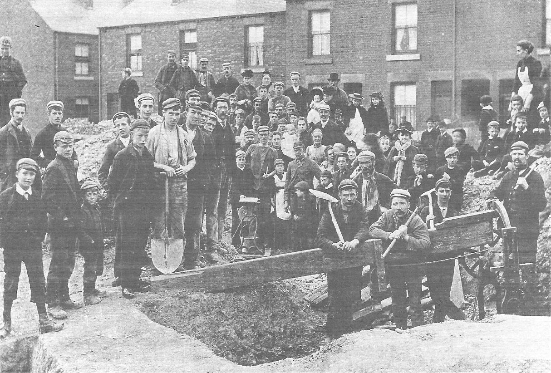 Rudari u štrajku nezavisno obrađuju komad ugljena koji su otkrili na gradilištu u Sheffieldu tijekom spora iz 1893. godine (izvor).