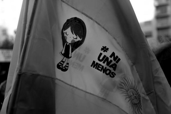 Argentinska zastava, modificirana za potrebe prosvjeda (izvor: Rodrigo Paredes prema Creative Commons licenci).