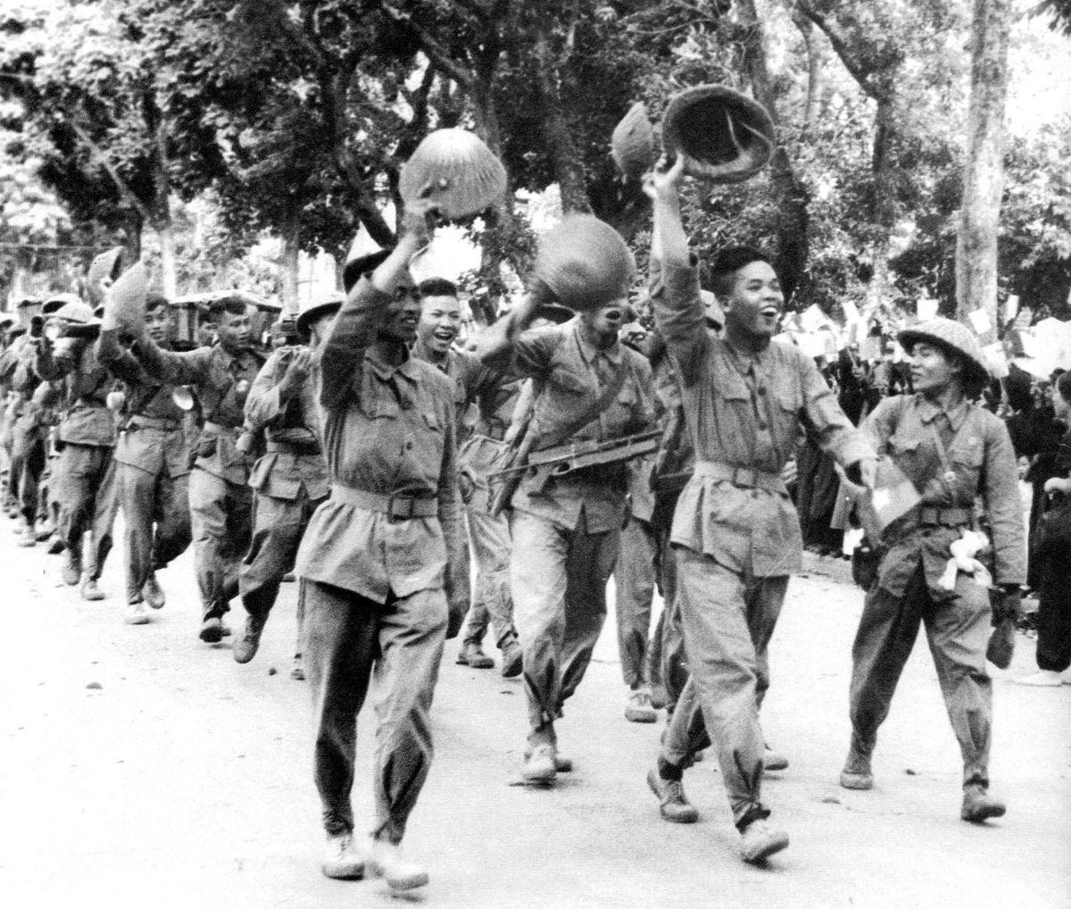 Pobjednička parada Viet Minha ulicama Hanoija, 9. listopada 1954. godine (izvor).