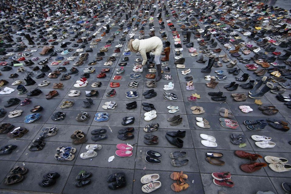10 000 cipela simbolički ostavljenih na trgu Republike u Parizu nakon što je francuska vlada zabranila globalni marš za klimu u Parizu, 29. studeni 2015. (izvor: 350 .org@Flickr prema Creative Commons licenci, foto: Ian Bremmer).