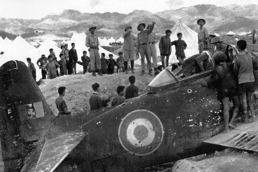 Vojnici Viet Minha, zajedno s generalom Vo Nguyen Giapom, razgledavaju olupinu francuskog F8F Bearcata (američke proizvodnje) nakon pobjede kod Dien Bien Phua, svibanj 1954. godine (izvor: manhhai prema Creative Commons licenci).