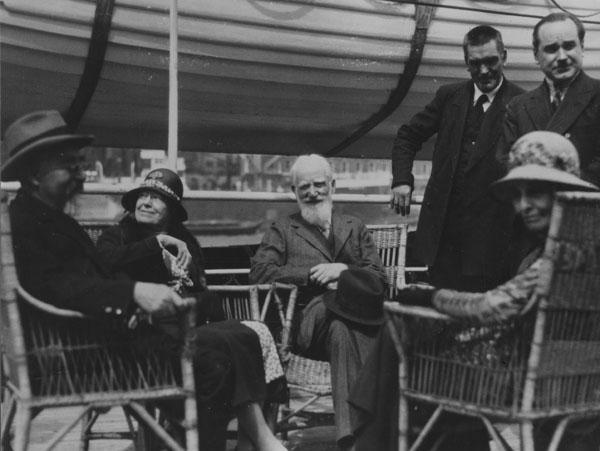 """Charlotte i George Bernard Shaw (sjede u sredini) te Beatrice i Sidney Webb (sjede sa strane), 1932. godine uoči polaska za Sovjetski Savez (<a href=""""https://www.flickr.com/photos/lselibrary/3835964657"""" target=""""_blank"""">izvor</a>)."""