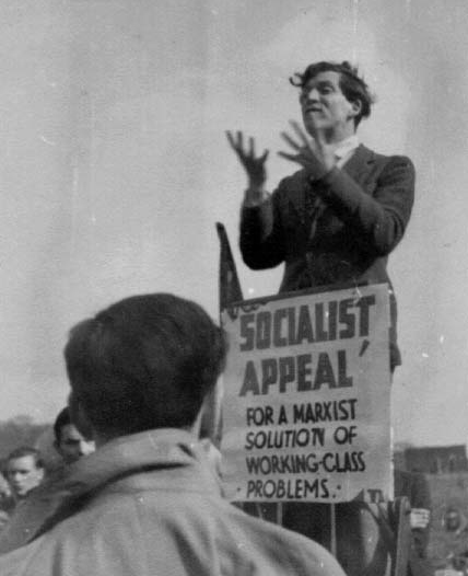 Ted Grant, jedan od vođa trockističke frakcije Militant koja je od 1964-1991 djelovala unutar britanske Laburističke partije, drži govor na Speaker's Corneru 1942. godine (izvor: Dan Iggers@Flickr prema Creative Commons licenci).