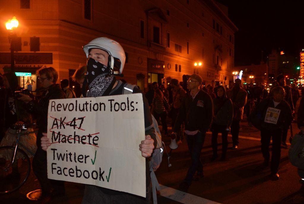 Oruđa revolucije, prema mišljenju prosvjednika u Oaklandu, SAD (izvor: Steve Rhodes prema Creative Commons licenci).