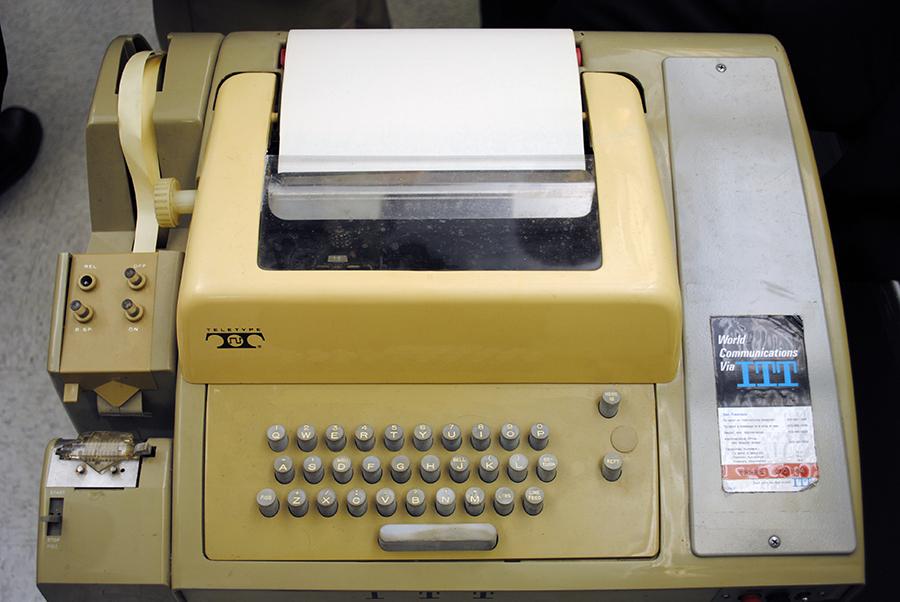 "Teleprinter korišten za slanje poruka preko ARPANet-a, preteče interneta (izvor: Andrew ""FastLizard4"" Adams@Flickr prema Creative Commons licenci)."