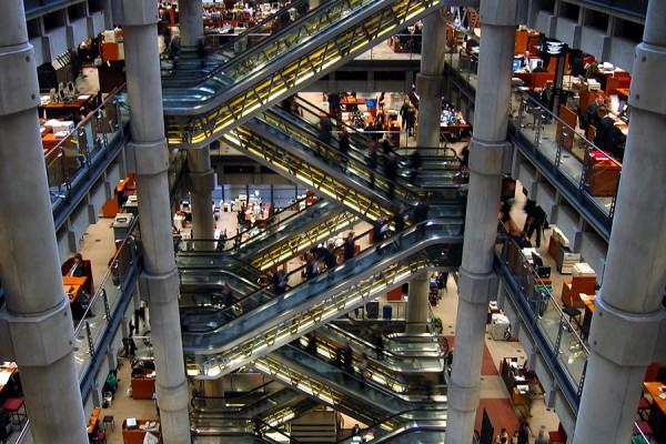 Unutrašnjost zgrade londonskog Lloyda u financijskoj četvrti City, 2006. godine (izvor: Bon Adrien prema Creative Commons licenci).
