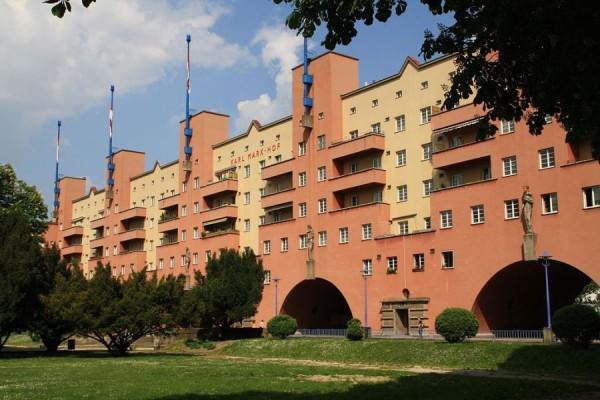 Karl-Marx-Hof, stambeni kompleks izgrađen u Beču između 1927. i 1930. godine tijekom vladavine austrijske socijaldemokratske partije (izvor: Dreizung prema Creative Commons licenci).