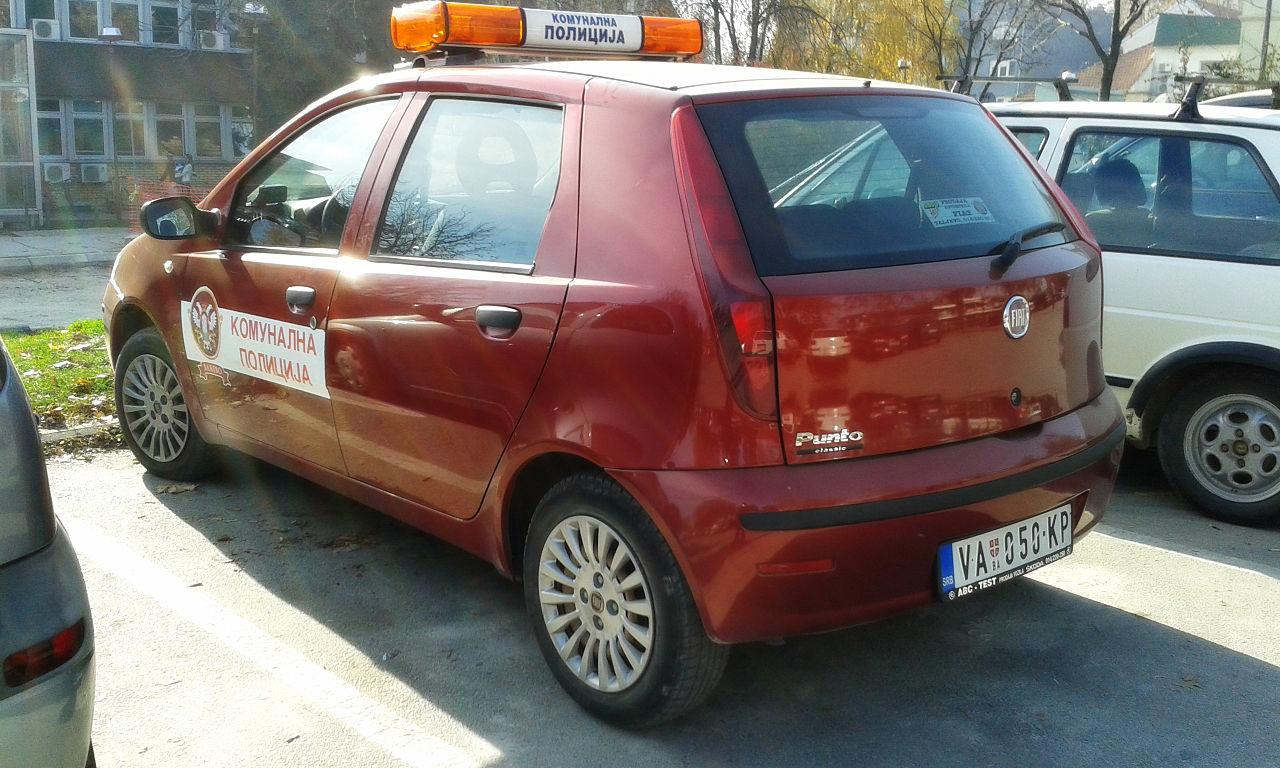 Vozilo komunalne policije grada Valjeva u Srbiji (izvor: Boris Dimitrov prema Creative Commons licenci).