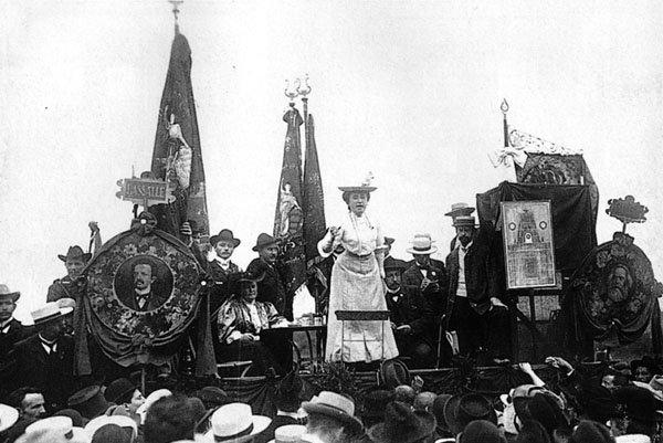 Rosa Luxemburg drži govor 1907. godine (izvor).