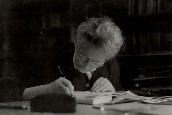 Marija Šoljan-Bakarić u svojoj radnoj sobi, 1957. godine (fotografija je dio privatnog arhiva obitelji Šoljan-Bakarić).