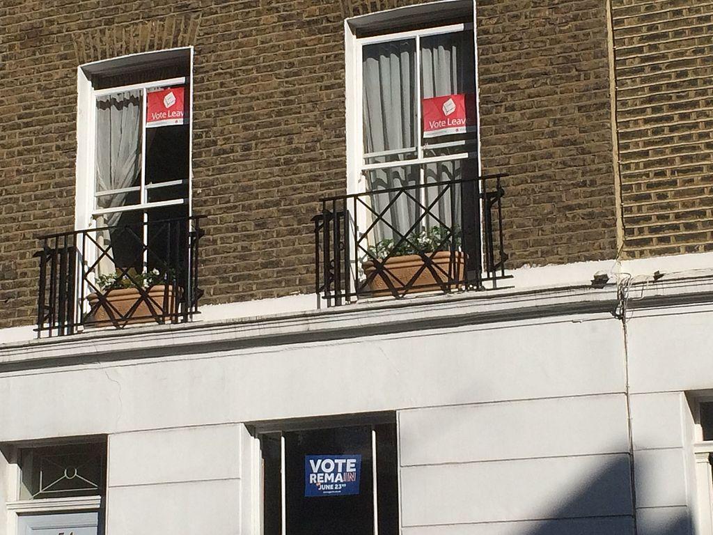 Posteri u središnjem Londonu kojima se dva dana uoči referenduma agitiralo za izlazak, odnosno ostanak u Europskoj uniji (izvor: Philip Stevens prema Creative Commons licenci).