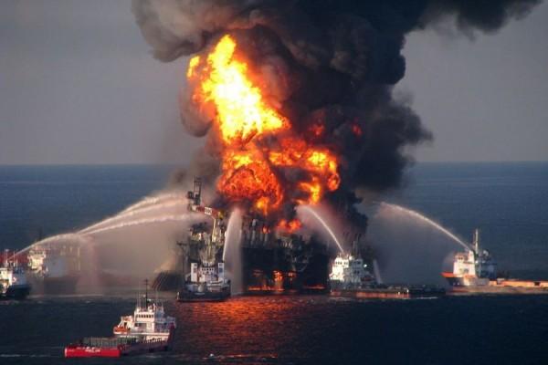 Gašenje požara na naftnoj platformi u Meksičkom zaljevu, 21. travnja 2010. godine (izvor).