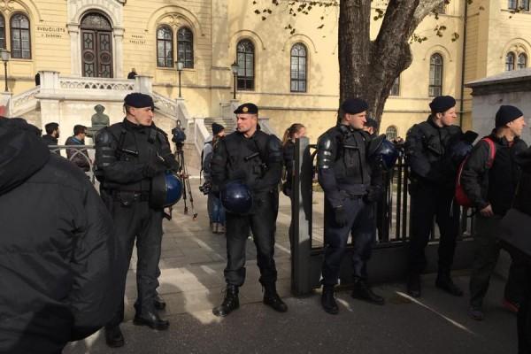 Interventna policija ispred Sveučilišta u Zagrebu brani zgradu od mirnih prosvjednika s Filozofskog fakulteta, 13. prosinac 2016. godine. (izvor:  Facebook stranica  Plenuma Filozofskog fakulteta)