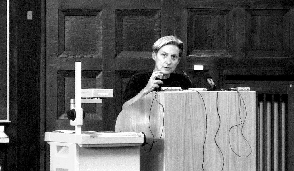 Judith Butler drži predavanje na Sveučilištu u Hamburgu, travanj 2007. godine (izvor: Jreberlein prema Creative Commons licenci).