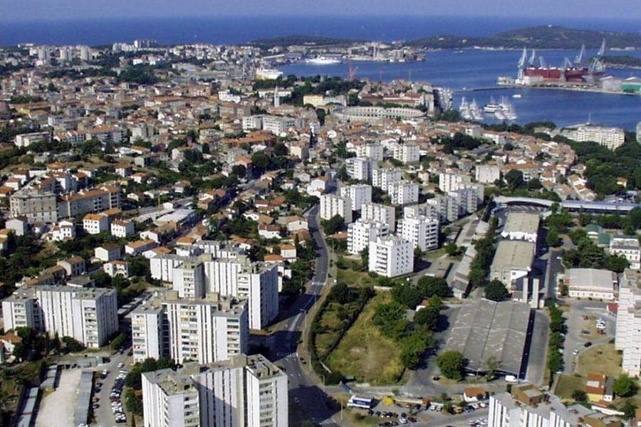 Pula 2004. godine, pogled iz zraka (izvor: Orlovic prema Creative Commons licenci).
