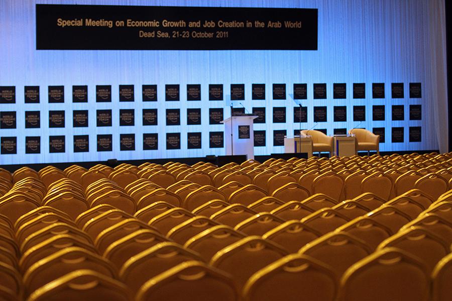 Plenarna dvorana konvencijskog centra kralja Husseina na Mrtvom moru u Jordanu, gdje je od 21-23. listopada 2011. održan izvanredni sastanak Svjetskog ekonomskog foruma o ekonomskom rastu i stvaranju radnih mjesta u arapskom svijetu (foto: Nader Daoud, izvor: World Economic Forum @ Flickr prema Creative Commons licenci).