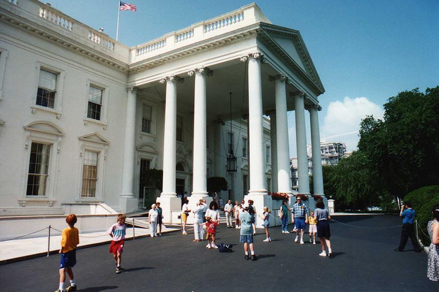 Turisti u posjeti Bijeloj kući u Washingtonu (izvor: Wasted Time R, preuzeto i podrezano prema Creative Commons licenci).