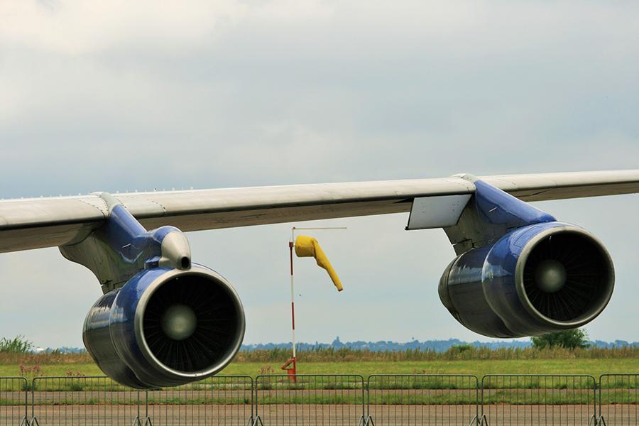 Dva motora zrakoplova B-707 i vjetrokaz (izvor: Lynn Greyling @ Public Domain Pictures prema Creative Commons licenci)
