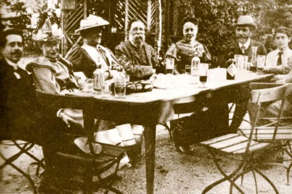 Clara Zetkin, Friedrich Engels i August Bebel za vrijeme III. kongresa Druge internacionale u Zürichu 1893. godine (izvor: commons.wikimedia.org, preuzeto, prilagođeno i podrezano kao dio javne domene).