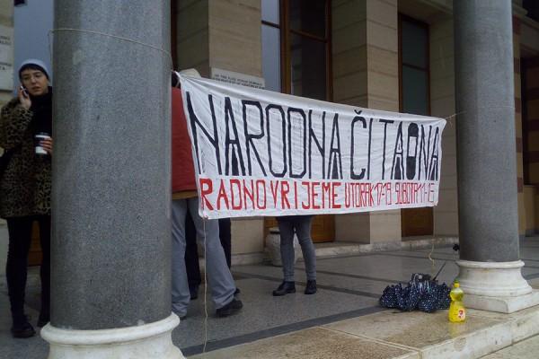 Narodna čitaona ispred sarajevske Vijećnice (foto: LM)