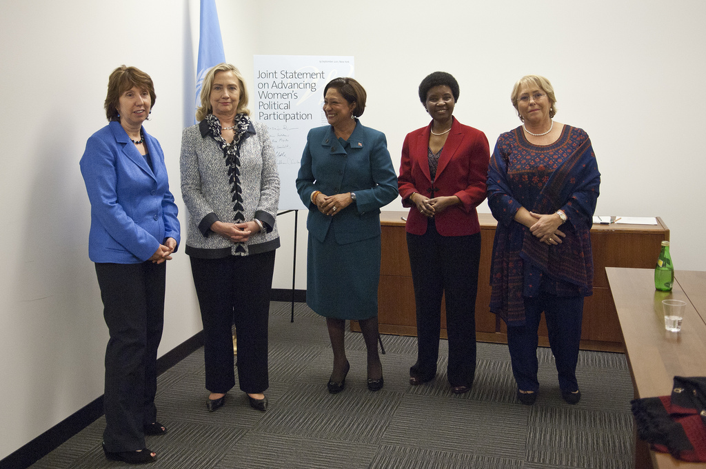 Svjetske čelnice naglašavaju potrebu za centralnijom ulogom participacije žena u demokraciji. Slijeva nadesno: barunica Catherine Ashton, visoka predstavnica EU za vanjska pitanja i sigurnost i tadašnja podpredsjednica Europske komisije; Državna tajnica SAD-a Hillary Rodham Clinton; Kamla Persad-Bissessar, premijerka Republike Trinidad i Tobago; UNDSG Asha-Rose Migiro te izvršna direktorica UN Women Michelle Bachelet. New York, 19. rujna 2011. (foto: Catianne Tijerina, izvor: UN Women @ Flickr, preuzeto prema Creative Commons licenci.)