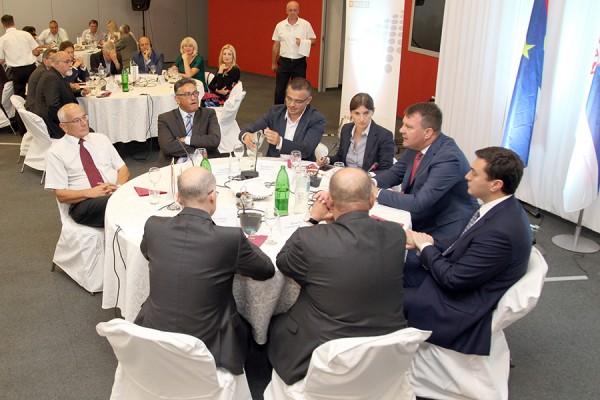 Ana Brnabić na sastanku Nacionalne Alijanse za Lokalni Ekonomski Razvoj, 28. srpnja 2016. (izvor: commons.wikimedia.org, preuzeto i prilagođeno prema Creative Commons licenci).