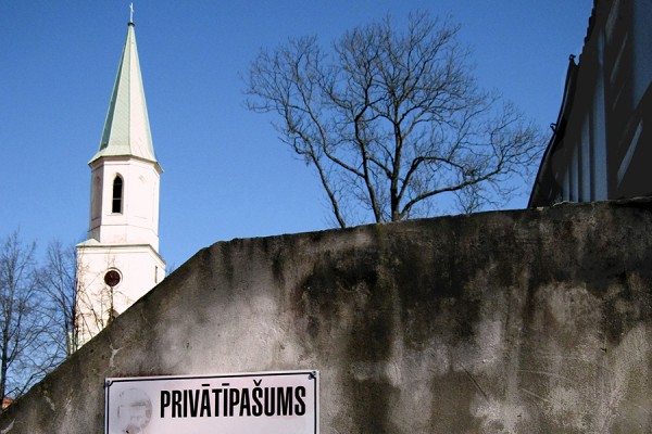 """""""Privatno vlasništvo"""", ispred crkve Sv. Katarine u Kuldīgi, Latvija. (foto: Laima Gūtmane; izvor: commons.wikimedia.org, preuzeto i prilagođeno prema Creative Commons licenci)."""