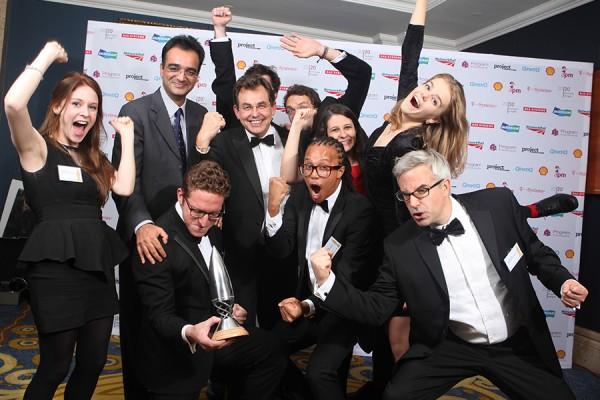 Zaposlenici tvrtke Adam Smith International slave uspjeh na APM Project Management Awards, London, 2014. (izvor: Association for Project Management @ Flickr, preuzeto prema Creative Commons licenci).