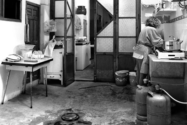 Kućanski rad (1993-1997), kuhinja (foto: Carolina Latorre Canet; izvor: commons.wikimedia.org, preuzeto i podrezano prema Creative Commons licenci).