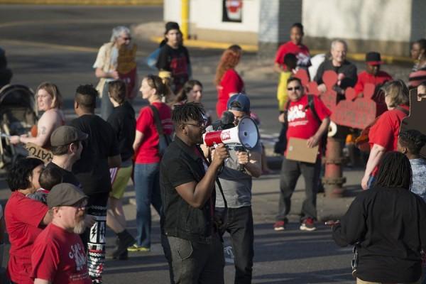 Štrajk radnika/ca industrije brze hrane u Minneapolisu, 14. travnja 2016. godine (izvor: Fibonacci Blue prema Creative Commons licenci).