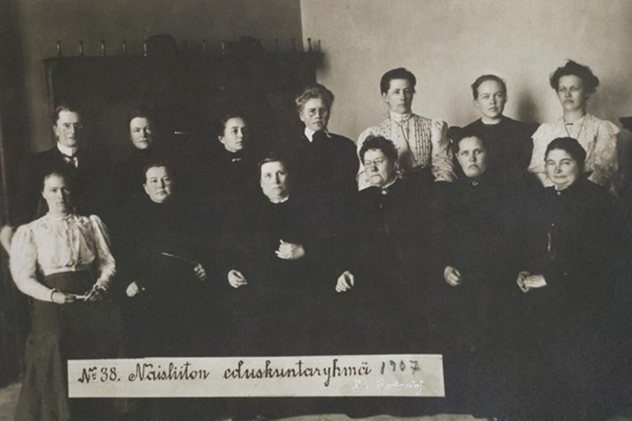 Prve ženske članice parlamenta na svijetu izabrane su 1907. godine u Finskoj. Konzervativne parlamentarke nose crno, socijaldemokratkinje bijelo. (izvor: commons.wikimedia.org).