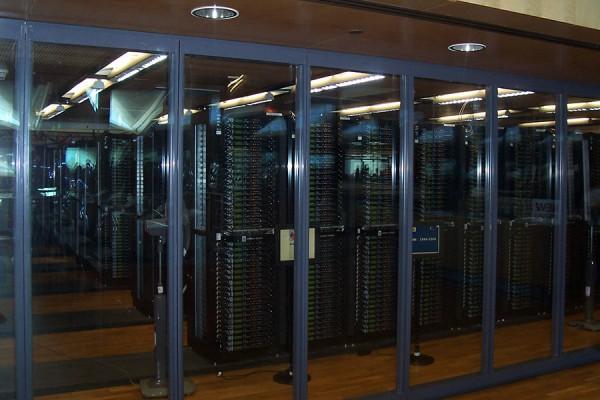 Zrcalni serveri Internet Archivea u Aleksandrijskoj biblioteci, 2008. Internet Archive je neprofitna digitalna knjižnica iz San Francisca koja pruža slobodan pristup kolekciji digitiziranih materijala, poput internetskih stranica, kompjutorskih programa i igara, glazbe, filmova/videa, pokretnih slika, i blizu tri milijuna knjiga iz javne domene. Također, radi se o aktivističkoj organizaciji koja se bori za slobodan i otvoreni internet. (foto: Nikola Smolenski; izvor: commons.wikimedia.org, preuzeto i podrezano prema Creative Commons licenci).