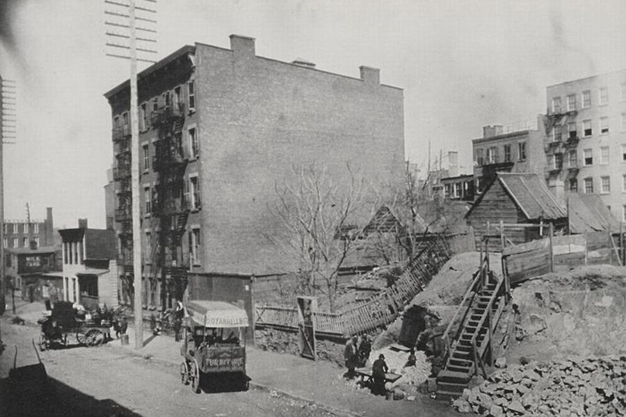 Hells Kitchen and Sebastopol, New York, cca. 1890., fotografija Jacobsa Riisa koji je tih godina kao novinar pisao i dokumentirao o životu u njujorškim slamovima. (izvor)