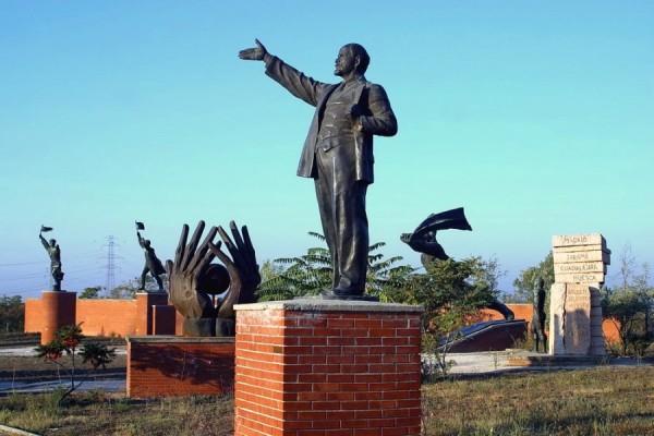 Lenjin i drugi simbolični spomenici iz vremena socijalizma, Memento Park, Budimpešta (izvor: Szoborpark prema Creative Commons licenci).