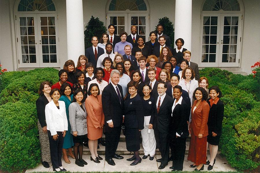 Predsjednik Bill Clinton s osobljem svoje One America Initiative, posvećene adresiranju problema rasizma (izvor: commons.wikimedia.org)