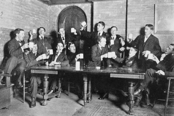 Studenti Sveučilišta Buffalo na Državnom sveučilištu u New Yorku pjevaju Almu Mater, 1907. (izvor: commons.wikimedia.org, preuzeto, prilagođeno i podrezano kao dio javne domene).