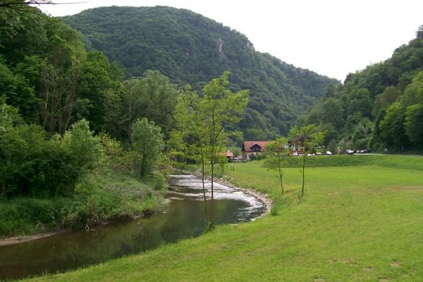 Rijeka Sutla u Zelenjaku, pokraj Klanjca, na teritorijalnoj granici Hrvatske i Slovenije (izvor: commons.wikimedia.org, preuzeto, prilagođeno i podrezano prema Creative Commons licenci).