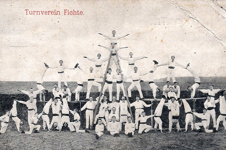 Radnički gimnastički klub Fichte iz Berlina, razglednica iz cca. 1914. (izvor: Wolfgang Sauber @ commons.wikimedia.org).
