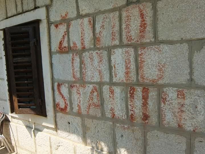 """Još uvijek vidljiv natpis """"Živio drug Staljin!"""" u gatskom zaseoku Čovići (foto: BČ)."""