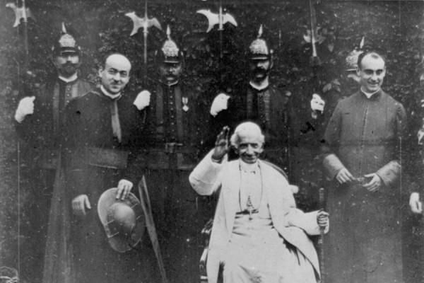 Papa Leon XIII. sa suradnicima. (Izvor: Wikimedia Commons)