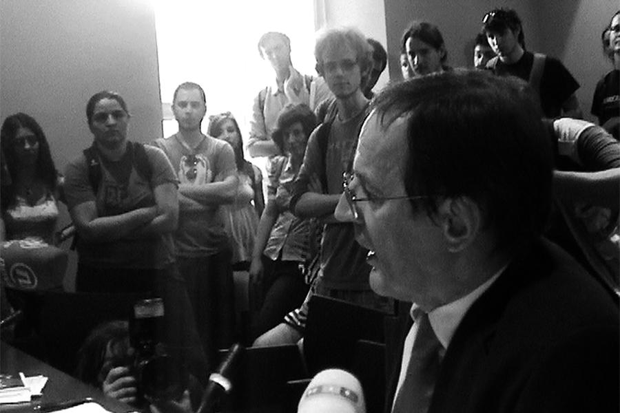 Aleksa Bjeliš prilikom studentske akcije upada na sjednicu Senata Sveučilišta u Zagrebu 8. lipnja 2010. godine u borbi za javno financirano visoko obrazovanje (foto: SkriptaTV)