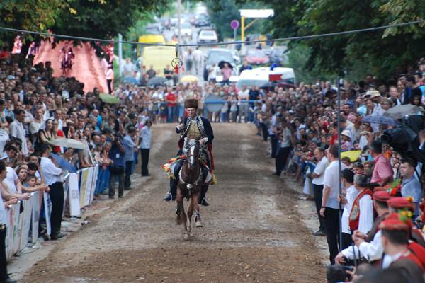 """Viteški turnir """"Sinjska alka"""", kolovoz 2008. godine (izvor: sh.wikipedia.org, preuzeto prema Creative Commons licenci)"""
